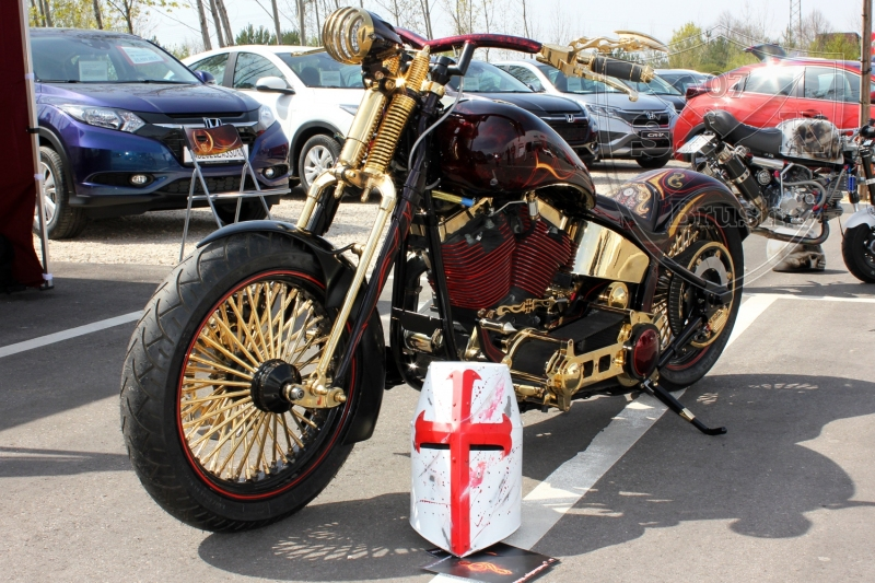 schwarze-ritter-harley-davidson-custombike-gold-candy-pinstriping-linierung-3