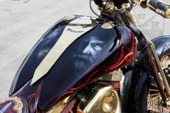 schwarze-ritter-harley-davidson-custombike-gold-candy-pinstriping-linierung-2